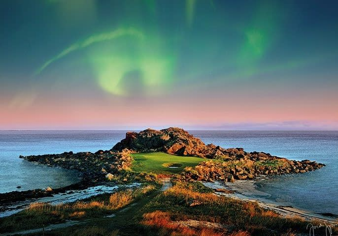 Vacationsmag_aurora_borealis_Lofoten_Links_LOWRES_jacob_sjoman_cpyright_2
